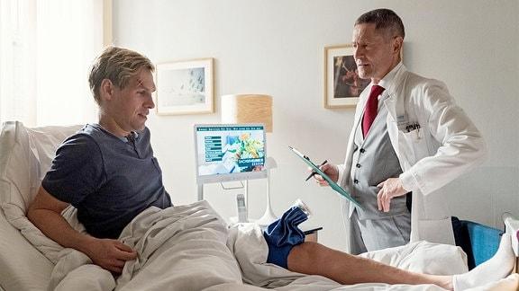 Laszlo Fellenberg (Remo Schulze, li.) liegt wegen eines muskulären Problems in der Sachsenklinik.