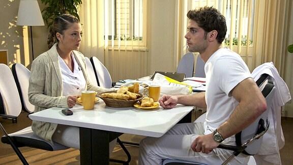 Dr. Niklas Ahrend (Roy Peter Link) bedankt sich bei Schwester Arzu (Arzu Ritter) für ihr Engagement bei der Patientin Sonja Neumann und fragt, ob sie mal über eine Ausbildung zur Geburtshelferin nachgedacht habe. Arzu macht ihm deutlich, dass sie wirklich gern als Krankenschwester arbeitet. Außerdem nutzt sie die Gelegenheit, ihm noch einmal klarzumachen, dass seine Flirtereien absolut vergebene Mühe sind.
