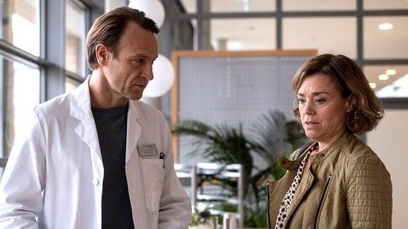 Dr. Martin Stein (Bernhard Bettermann) muss Marianne Müller (Dominique Chiout) etwas sagen.