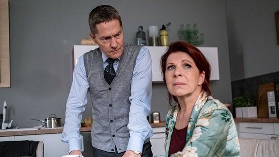 Dr. Kaminski (Udo Schenk) hat gerade eine Patientin, die einen Demenzhof betreibt. Vera Bader (Claudia Wenzel) hat die Broschüre gefunden und hat nun das Gefühl, dass sie abgeschoben werden soll.