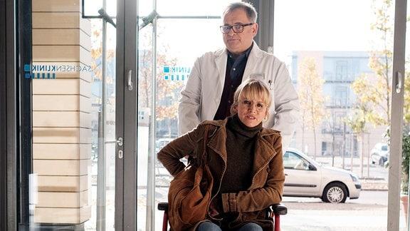 Hans-Peter Brenner (Michael Trischan) traut seinen Augen nicht, als plötzlich seine ehemalige Prüferin Dr. Sylvia Jessel (Esther Esche) in der Sachsenklinik auftaucht.