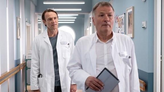 Dr. Roland Heilmann (Thomas Rühmann, re.) hat durch eine eigenmächtige Entscheidung die Sachsenklinik in ein großes Finanzloch gestürzt und musste seinen Posten als Klinikleiter räumen.