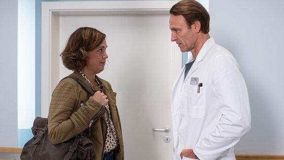 Marianne Müller (Dominique Chiout) sucht in ihrer Verzweiflung ihren ehemaligen Arzt Dr. Martin Stein (Bernhard Bettermann) in der Sachsenklinik auf.