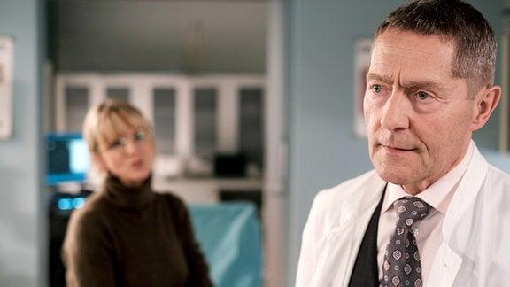 Dr. Kaminski (Udo Schenk) wurde von Hans-Peter Brenner bei der Patientin Dr. Sylvia Jessel (Esther Esche) zurate gezogen.