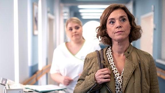 Marianne Müllers (Dominique Chiout, re.) Mann ist von einem anderen Krankenhaus in die Sachsenklinik verlegt worden.