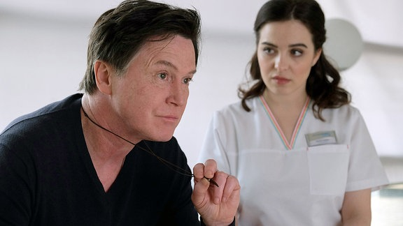 Fritz Kemper (Uwe Bohm) erzählt Jasmin Hatem (Leslie-Vanessa Lill), dass Conny vor 10 Jahren seine Rettung war. Er kam frisch aus dem Gefängnis und Conny hat ihn vorbehaltlos eingestellt. Die beiden waren ein Paar, bis Conny an Brustkrebs erkrankt ist und sich zurückgezogen hat. Im Gespräch wird Jasmin klar, dass Fritz nie aufgehört hat, Conny zu lieben.