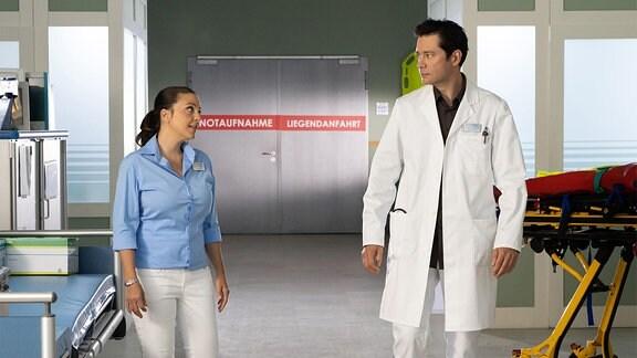 Arzu und Philipp im Klinikgang