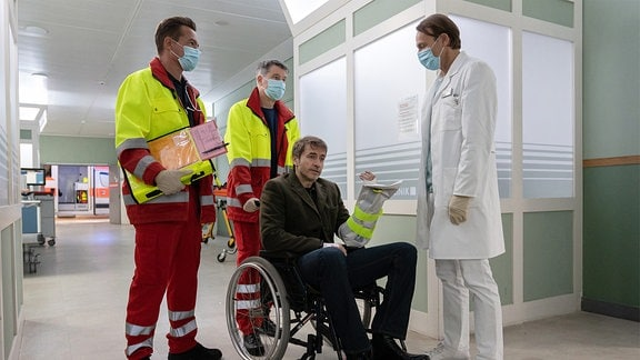 Tobias Rauch wird im Rollstuhl eingeliefert.