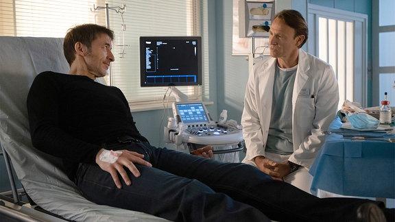 Martin Stein spricht am Krankenbett mit Tobias Rauch.