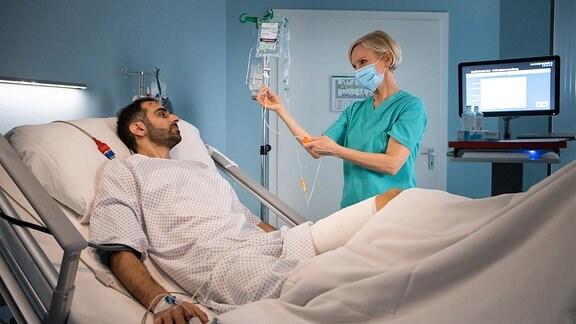 Kathrin Glonisch spricht mit dem Patienten.