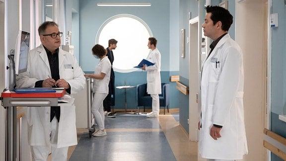 Hans-Peter Brenner und Philipp Brentano unterhalten sich im Klinikflur.