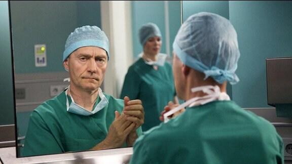 Der Todestag von Dr. Rolf Kaminskis (Udo Schenk) Frau und seiner Tochter jährt sich.