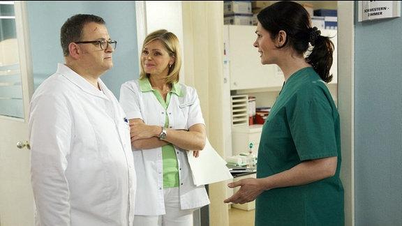 Dr. Elena Eichhorn bittet ihre Kollegen um Verständnis für den zynischen Arzt. Brenner.