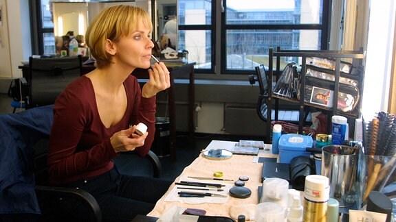 Dr. Kathrin Globisch (Andrea Kathrin Loewig) bei der Maske.