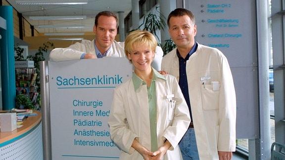 """Das Ärzteteam der """"Sachsenklinik"""":v.r.  Thomas Rühmann (als Dr. Heilmann), Andrea Kathrin Loewig  (als Dr. Kathrin Globisch), Johannes Steck (als Dr. Achim Kreutzer)."""