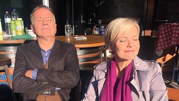 Schauspieler Thomas Ruehmann und Andrea Kathrin Loewig in einer Drehpause geniessen die Sonne