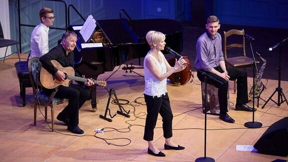 Andrea Kathrin Loewig auf der Bühne, Thomas Rühmann an der Gitarre