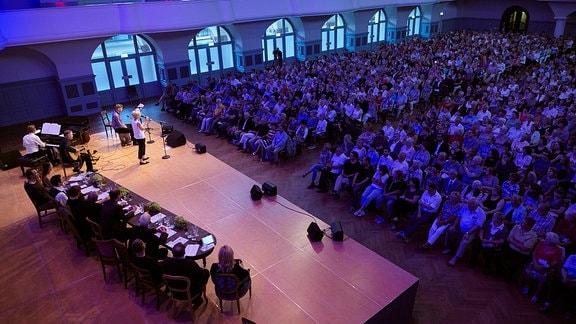 Das Publikum in der Leipziger Kongresshalle beim Benefizabend