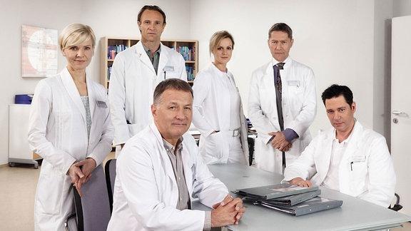 Andrea Kathrin Loewig, Bernhard Bettermann, Anja Nejarri, Udo Schenk; vorne: Thomas Rühmann, Thomas Koch