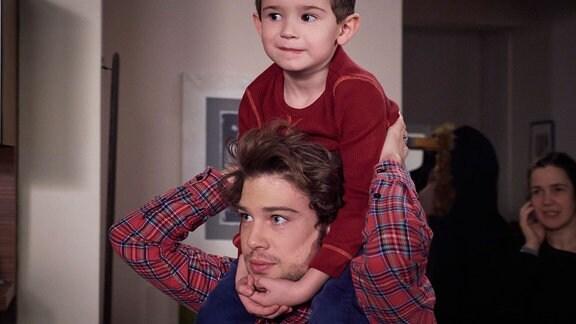 Schauspieler Jascha Rust trägt den Kinderschauspieler Leonard Scholz auf den Schultern