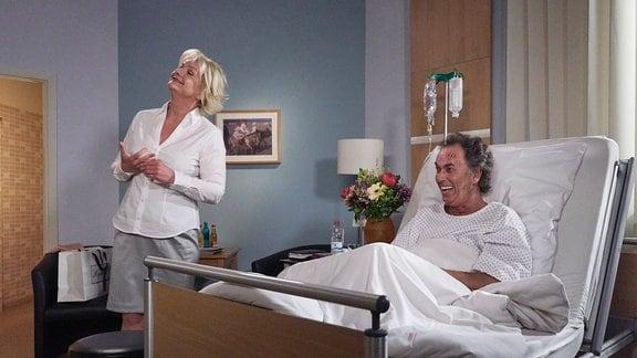 Zwei Schauspieler lachen beim Dreh