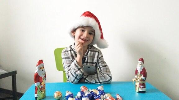Ein Junge mit einer Weihnachtsmannmütze