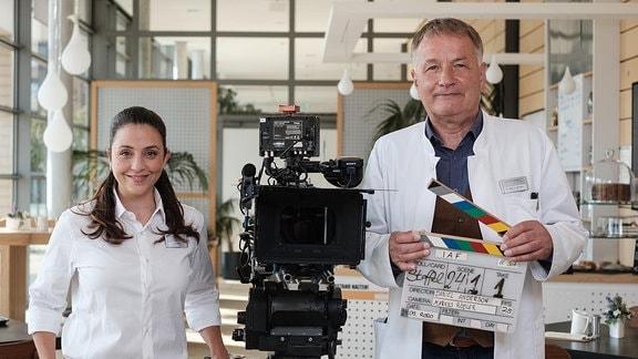 Arzu Bazman und Thomas Rühmann mit Kamera und Film-Klappe