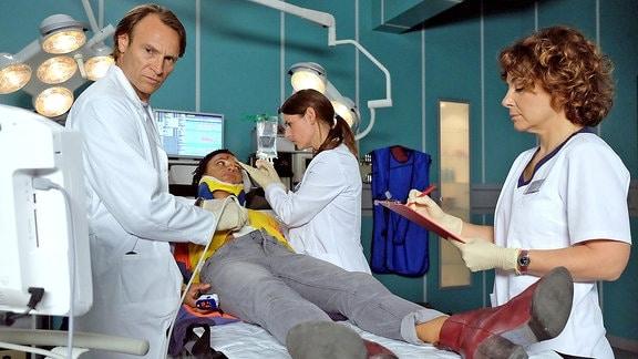 Dr. Iris Brooks (Sarah Masuch) wird nach einem Autounfall in die Sachsenklinik eingeliefert