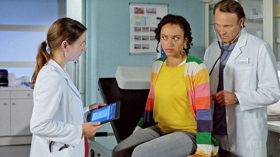 Dr. Maria Weber (Annett Renneberg), Dr. Iris Brooks (Sarah Masuch) und Dr. Martin Stein (Bernhard Bettermann)