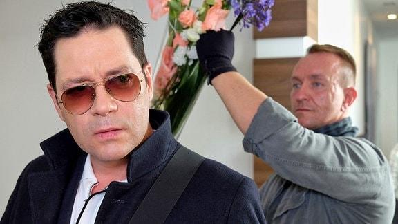 Ein Einbrecher (Jens Mieder) zieht Dr. Philipp Brentano (Thomas Koch) eine riesige Vase über den Kopf