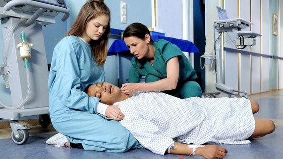 Iris Brooks (Sarah Masuch), Tochter Lara (Greta Short) und Dr. Maria Weber (Annett Renneberg)