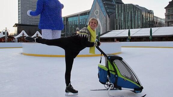 Dreh zu In aller Freundschaft (Folge 811) Anja Nejarri posiert ausgelassen auf dem Eis