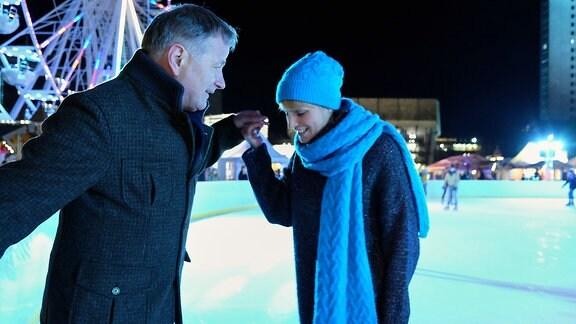 Dreh zu In aller Freundschaft (Folge 811) Anja Nejarri und Thomas Rühmann  in Arm auf dem Eis