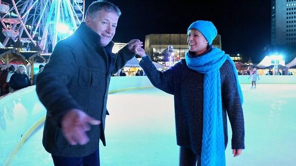 Dreh zu In aller Freundschaft (Folge 811) mit Anja Nejarri ausgelassen auf dem Eis