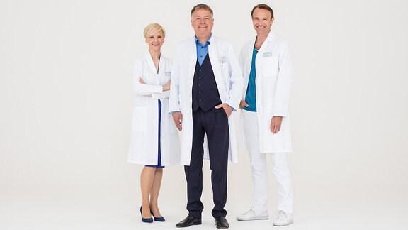 Dr. Kathrin Globisch (Andrea Kathrin Loewig, l.), Dr. Roland Heilmann (Thomas Rühmann, M.), und Dr. Martin Stein (Bernhard Bettermann, r.),