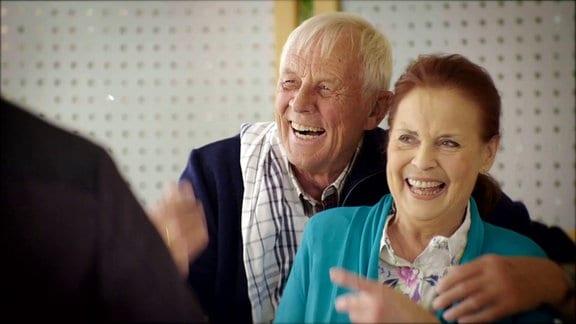 Rolf Becker und Ursula Karusseit lachen