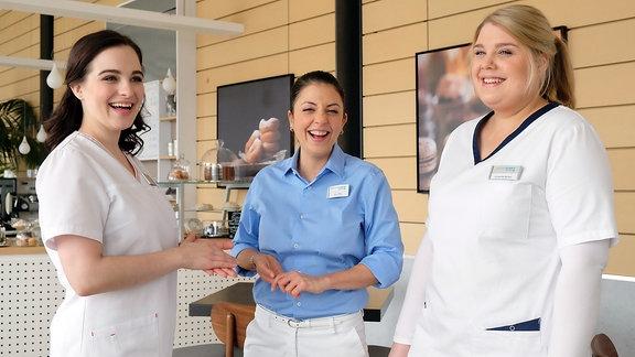 Leslie-Vanessa Lill, Arzu Bazman und Christina Petersen lachen