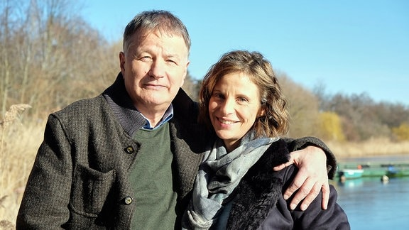 Thomas Rühmann und Julia Jäger lachen in die Kamera