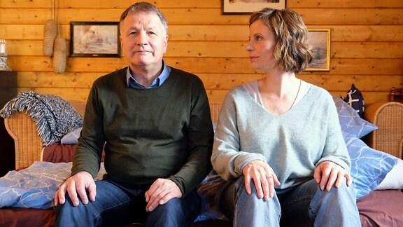 Thomas Rühmann und Julia Jäger proben am Set