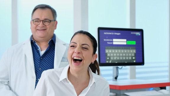 Arzu Bazman und Michael Trischan lachen.