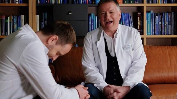 Julian Weigend und Thomas Rühmann lachen.