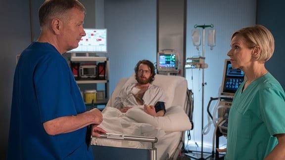 Roland und Kathrin am Bett des Patienten. Sie haben keine guten Nachrichten.