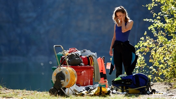 Marlene Steffens steht an der Uferböschung des Steinbruchs.