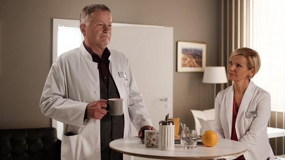 Roland und Kathrin unterhalten sich bei einer Tasse Kaffee.
