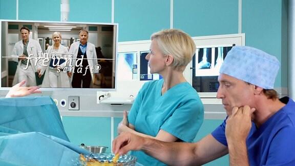 Dr. Kathrin Globisch und Dr. Martin Stein im OP mit Chips und Fernseher
