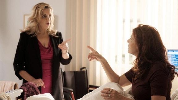 Sarah Marquardt (Alexa Maria Surholt, li.) findet es ziemlich merkwürdig, dass Dr. Kaminski Vera Bader (Claudia Wenzel, re.) mit einer Nierenprellung stationär aufgenommen hat.