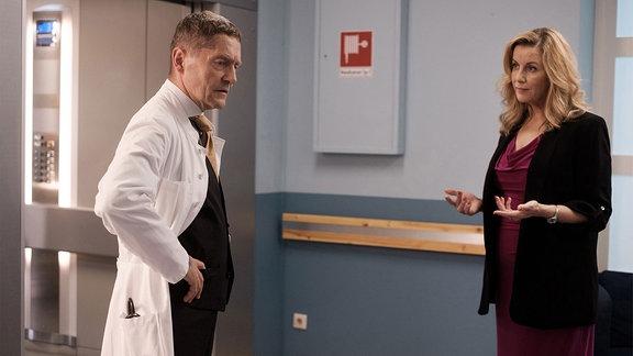 Sarah Marquardt (Alexa Maria Surholt) kämpft gerade mit allen Ärzten wegen zu langer Liegezeiten.