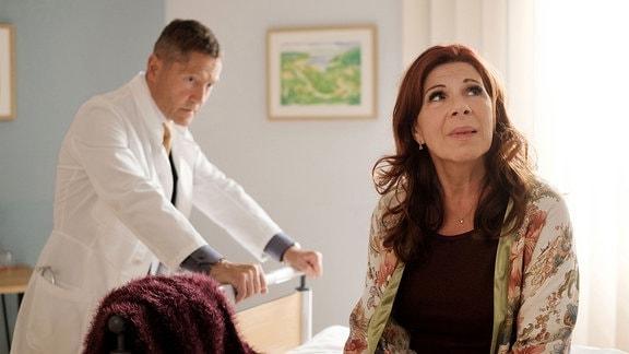 Die hellen Momente in Vera Baders (Claudia Wenzel) Demenzerkrankung machen es Dr. Kaminski (Udo Schenk) nicht gerade leichter.