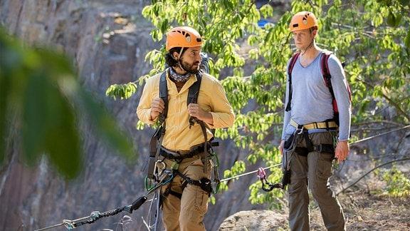 Albrecht König (Gabor Biedermann, re.) und sein Lebensgefährte Markus Schuster (Manuel Mairhofer, li.) geraten beim Klettern in Streit.