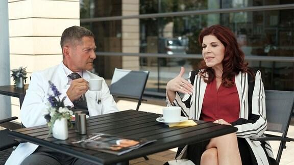 Vera Bader (Claudia Wenzel) erzählt Rolf Kaminski (Udo Schenk), dass ihre Betreuerin Sandy ganz plötzlich aggressiv geworden ist.